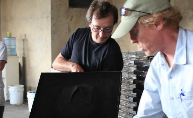 Un experto forestal de Yale examinando la resistencia de la plancha de la 2x3. (Foto cortesía de R. Ravenel)