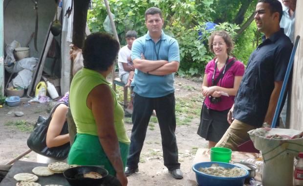 Durante la primera visita de verificación, nuestro representante de SGS esta conversando  con el dueño de una estufa tradicional acerca de la cantidad de leña utilizada como combustible para la estufa (Sept. 2009).