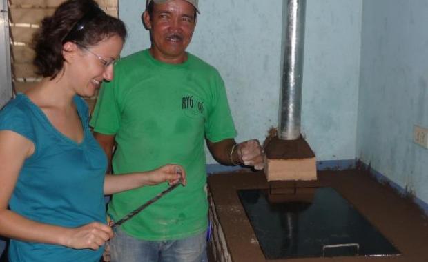 El técnico de Proyecto Mirador, Don Santos, explicando las funciones del Cinco a un representante de Gold Standard.