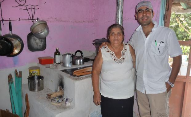 El representante de SGS después de hablar con Doña Liliana acerca de sus ahorros de leña (Sept 2009).