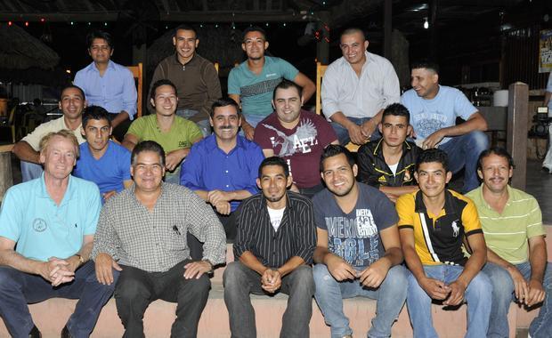 Ejecutor Eugenio (centre en azul) y su equipo que construir las estufas.