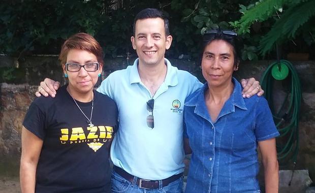 Ejecutor Jamil con dos organizadores comunitarios que ayudan a gestionar la instalación de las estufas