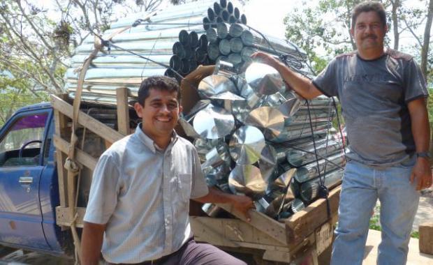 El ejecutor Francisco, un contratista, consiguiendo los materiales que necesita para construir estufas a favor del Proyecto Mirador.