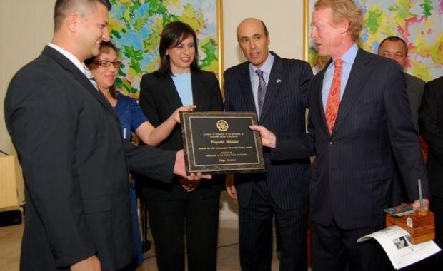 Receiving our Renewable Energy Award with  Honduras Vice President María Antonieta de Bográn y Ambassador Hugo Llorens.