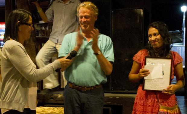 Reconocimiento a Reina Mejia quién creo el nombre Dos por Tres para la estufa de Proyecto Mirador.