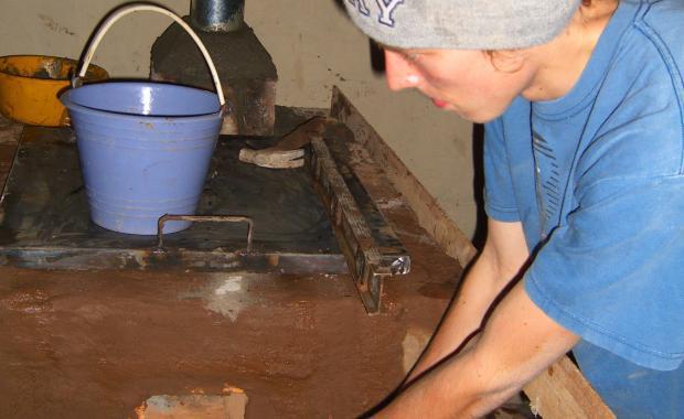 Blake, Director de OIF, verificando que la estufa esté lista para cubrirla con cemento.