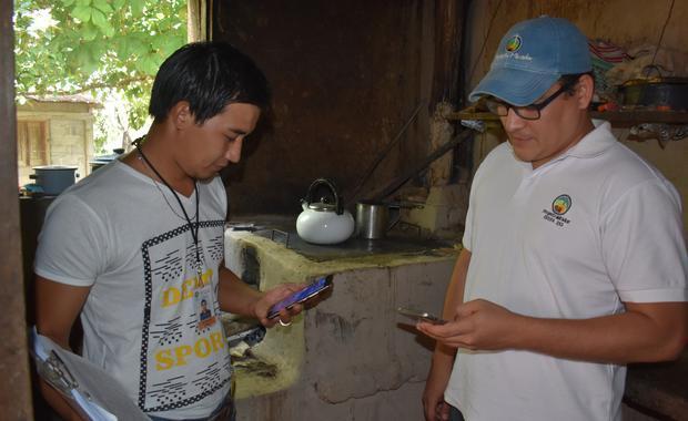 IT Manager Reniery y Inspector Jose Mario confirm un nuevo recipiente de una estufa.