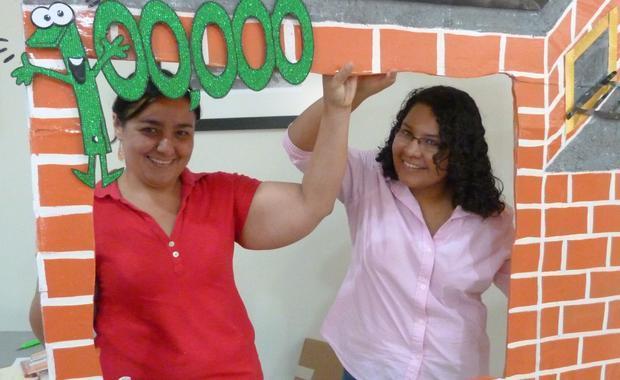 Jessica, Gerente de Comunicaciones y Maira, Asistente de Supervisión; en la promoción de nuestra estufa 100,000.