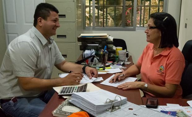 Doña Emilia, Directora del Proyecto Mirador y Prof. Elder Mendoza, Director de Operaciones.