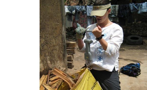 Sarah, de Yale School of Forestry & Environmental Studies, pesando la leña para el estudio de KPT (Kitchen Performance Test).