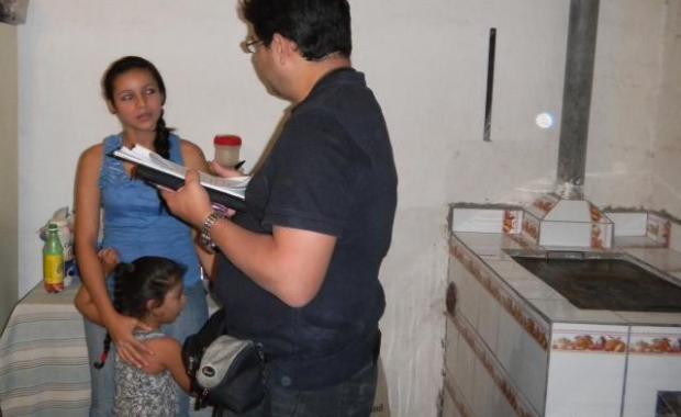 Un representante de Det Norske Veritas preguntando a un beneficiario sobre su estufa, el ahorro de leña y Proyecto Mirador (Dec. 2011).