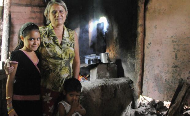Estufas tradicionales son llenas de humo, sucios y usan mucho leña.