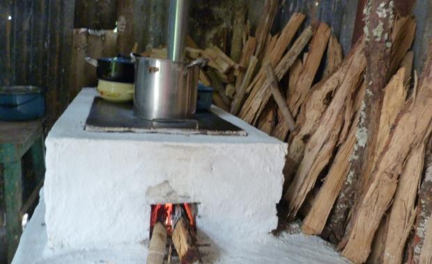 Una estufa encendida con menos leña, menos GEIS y sin humo.