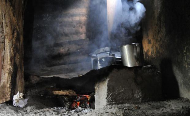 La familia vive con el humo en esta cocina durante todo el día, todos los días.