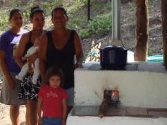 Mujeres y niños benefician más de una estufa limpia como la 2X3.