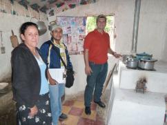 Don Oscar es una de los 3 supervisores que revisa el mantenimiento de la estufa, el uso de la leña, y la satisfacción con la estufa, entre otras cosas.
