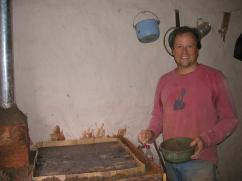 Otro novato en la de construcción de estufas ayudando.