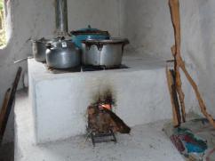 Cocinar los frijoles, el arroz, el maíz, y hervir el agua durante gran parte del día puede hacerse con poca leña.