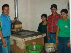 Don Santos terminando de dar la charla de mantenimiento para esta nueva estufa.