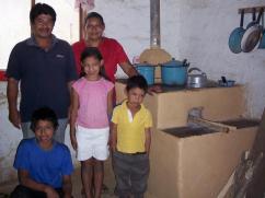 Esta familia está feliz de tener una cocina limpia.