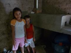 Los niños cerca de su nueva estufa.