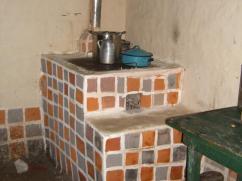 Esta nueva estufa fue pintada con diferentes colores de la tierra para que luzcan como azulejos.