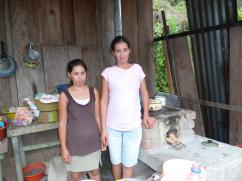 Los padres andaban recolectando café y las niñas cuidaban la casa.