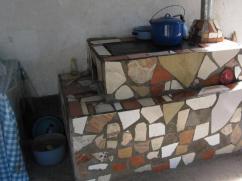 Las personas decoran su estufa con cualquier cosa que encuentren. Otra estufa impecable.