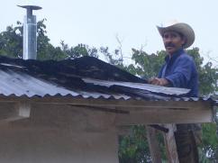 Fijando la chimenea en el techo para la nueva estufa.
