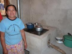 Ella estaba cocinando frijoles y calentando café cuando llegamos.