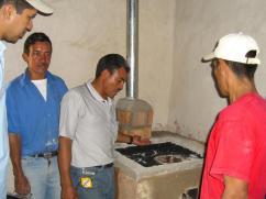 Mostrando a las personas como funciona la estufa.