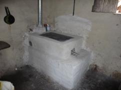Esta es una típica cocina Hondureña. Observe que el Cinco esta colgado cerca de la estufa.