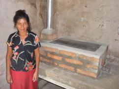 Esta mujer fue elegida en Guacamaya para construirle una estufa de ladrillo.