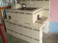Una bella estufa de azulejos.