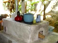El cemento todavía se está secando, pero la estufa está en uso.