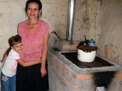 Familias como estas contribuyen con los materiales para la construcción de su estufa.