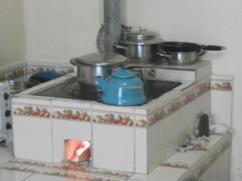 Una estufa preciosa y en buen estado. Observe la leña.