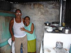 Una pareja feliz con su estufa 2x3.