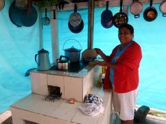 Esta señora, encerrada en su cocina de plástico azul, ama su 2x3.