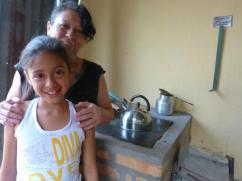 Madre e hija con su nueva estufa y el cinco.