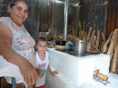 Ella está feliz porque su nieto no respira el humo cuando ella cocina.