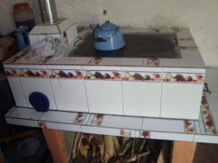 Una estufa con un suministro de leña de tamaño perfecto.