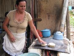 Observe la cantidad de leña que ella utiliza para cocinar unas cuantas tortillas y quizás hervir el agua.