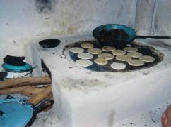 Demasiada leña es utilizada cuando lo que se quiere cocinar es poco.