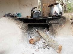 Una estufa antigua utiliza mucha leña para hervir agua.