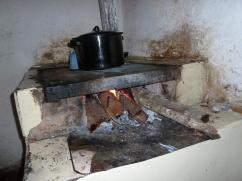 Este beneficiario tiene que recoger leña suficiente para pode mantener esta estufa encendida.