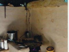 Esta estufa tiene de todo. No hay chimena, tiene techo negro, y una tapadera de barril como plancha.