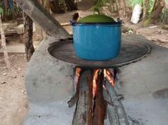 Cocinar esta olla de frijoles usa tanta leña como la que utiliza una 2x3 para cocinar 3 comidas.