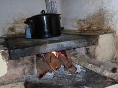Mira el poder del fuego - y creemos que el color original de esta olla era de color azul.