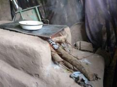 Esta vieja estufa es difícil de encender y utiliza tanta leña como su chimenea.